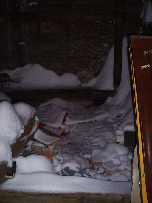 Такие снежные заносы образовались на чердаке после мартовского снегопада. Фото: автор.