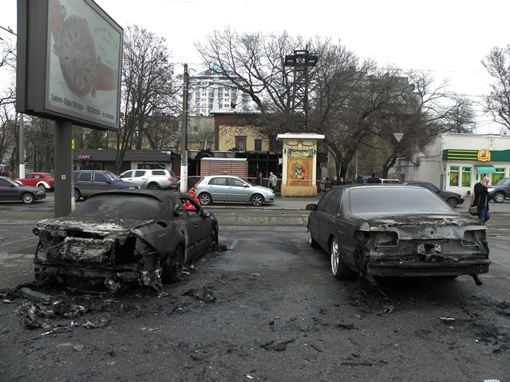 Сгоревшие автомобили могли принадлежать хозяевам ресторана. Фото: сайт dumskaya.net