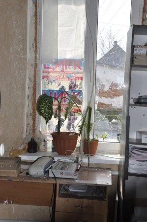 В комнате, в которую попали пули, никто не работал. Фото: nikopol.dp.ua