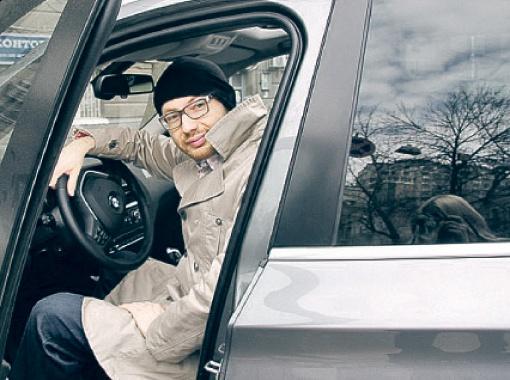 Денис похвастался в Интернете новеньким BMW, который недавно купил. Фото: личная страница Дениса Повалий в Facebook.