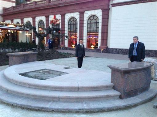 Еще пару дней строители заканчивали постамент… Фото: страница мэра на Facebook