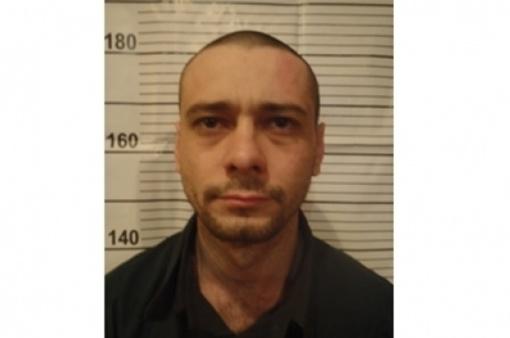 Ранее судимый Сергей Помазун, которого разыскивает вся белгородская полиция. В момент совершения преступления он  был одет в синюю куртку