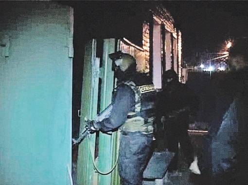Полицейские штурмуют одно из зданий на выезде из города. Предполагалось, что тут может прятаться негодяй. Но, увы, никого не нашли.  Фото: 31.mvd.ru.