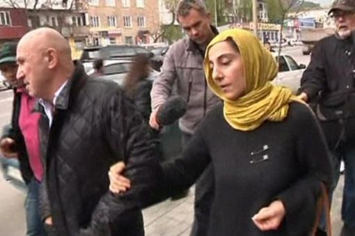 Мать братьев Тамерлана и Джохара, Зубейдат Царнаеву, буквально по пятам преследуют журналисты.  Фото: REUTERS