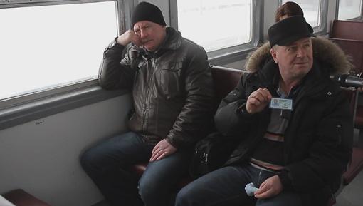 Атомщики из Славутича каждый день ездят на работу на спецэлектричке. Обязательный набор: пропуск плюс дозиметр. Фото: Артем Слипачук.