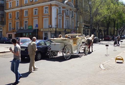 Дорогу не поделили иномарка и карета. Фото: www.048.ua