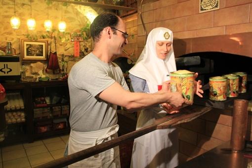 Куличи на Святой Земле выпекают лишь в одном месте - на улице арабского квартала.