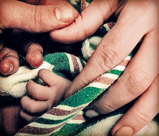 Пальчики их новорожденного сына. Фото: соцсети