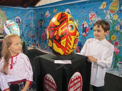 Маленькие посетители выставки с интересом разглядывали расписные пасхальные символы. Фото автор.