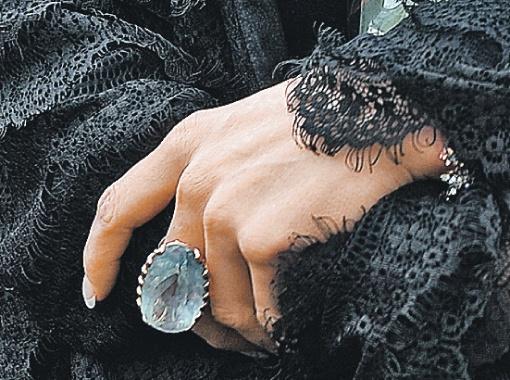Самое дорогое ювелирное украшение, что было у Анастасии, - подаренное мамой кольцо с аквамарином в 133 карата, - осталось при ней. Фото: Евгения ГУСЕВА.