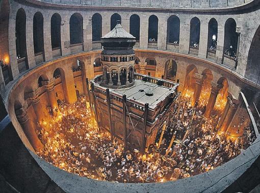 Из часовни на месте погребения Христа Святой огонь прихожане разносят по всему миру. Фото: РЕЙТЕР.