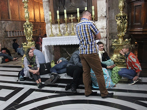 Люди в ожидании чуда спят прямо у алтарей храма. Фото: автор.