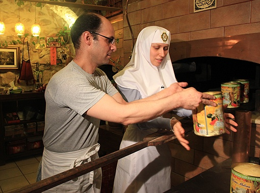 Сестра милосердия Екатерина и местный араб Айман готовят куличи под покровом ночи. Фото: автор.