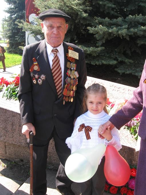 Петр Моисеевич шагал Красной площадью от 2-го Украинского фронта вторым в четвертом ряду. Фото автора.