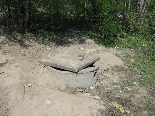 Из этого колодца, находящегося в 150 метрах от места падения, вытащили мальчика.