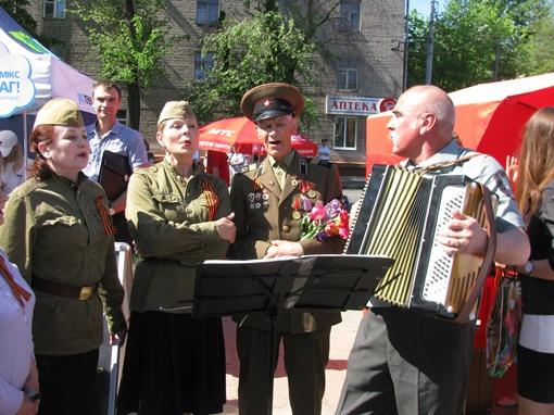 Приглашенные музыканты пели известные фронтовые песни. Фото: Евгения РУДНИЦКАЯ