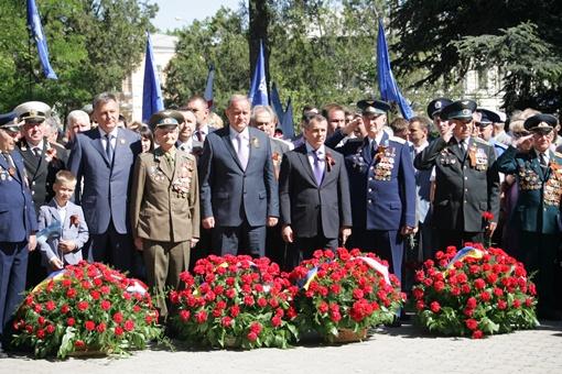 Сергей ТАРАДАЕВ. Крымские власти готовят поднести корзины с цветами к памятнику.