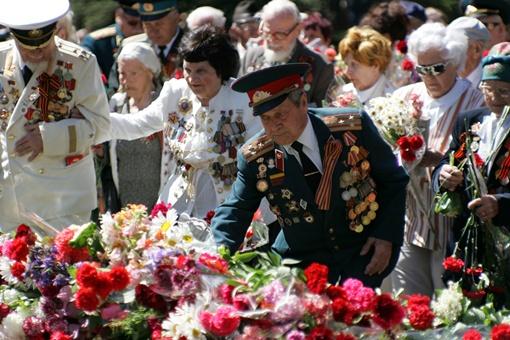 Сергей ТАРАДАЕВ. Ветераны возлагают цветы к Вечному огню.