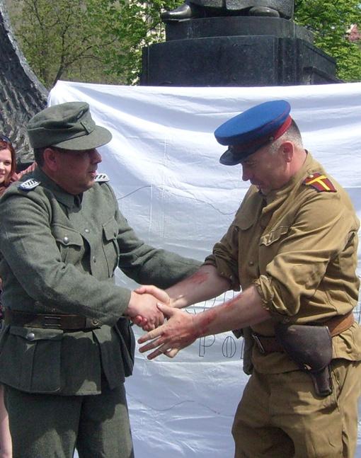 Эсэсовец обнимается с НКВД и они начинают делить Украину. Фото пресс-службы ВО