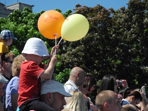 Начало парада с нетерпением ожидали даже малыши. Фото: Елена СОРОМИТЬКО
