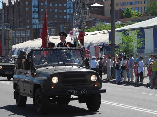 С машины зрителей приветствовали ветераны. Фото: Елена СОРОМИТЬКО
