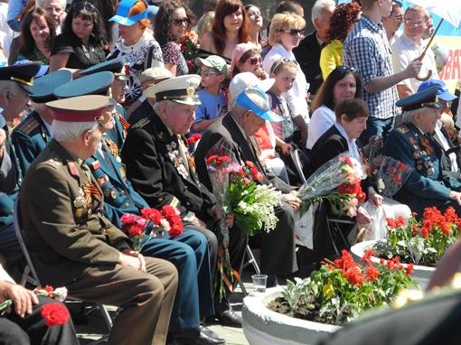 Ветераны смотрели парад со своих мест. Фото: Елена СОРОМИТЬКО