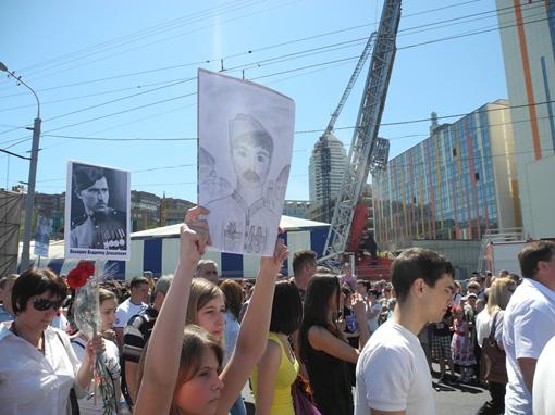Самый трогательный портрет на параде. Фото: Елена СОРОМИТЬКО