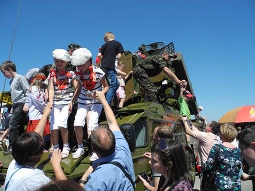 Детворе разрешали взбираться на военную технику. Фото Елена СОРОМИТЬКО