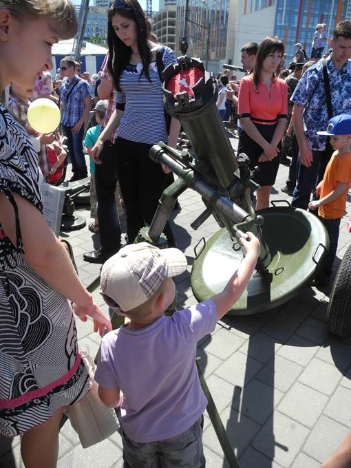 Малыши с интересом рассматривали минометы. Фото Елена СОРОМИТЬКО