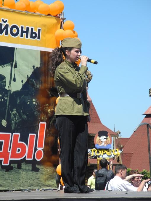 На сцене звучали военные песни…. Фото Елена СОРОМИТЬКО