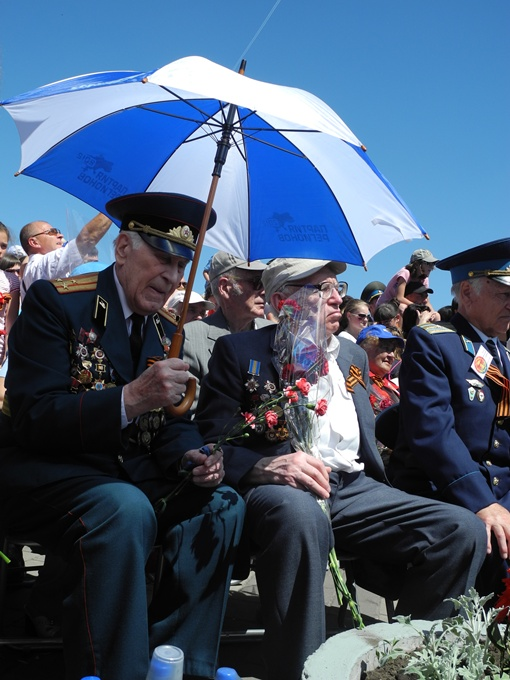 Ветеранов прикрыли зонтиками, правда, не всех. Фото Елена СОРОМИТЬКО