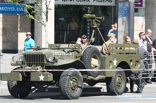 По центральной улице столицы прошел танк Т-34, а за ним - духовые оркестры.