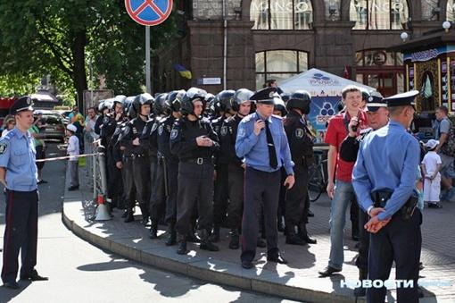 По данным МВД, более полутора миллионов жителей страны приняли участие в парадах, шествиях и народных гуляньях.