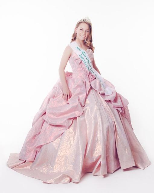 Корона победительницы очень украсила бальное платье Наташи. Фото: личный архив семьи Шишкиных.
