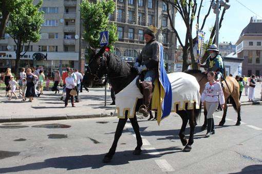 Король Данила вместе со своими рыцарями проехал по центру Львова на лошади. Фото: автор.