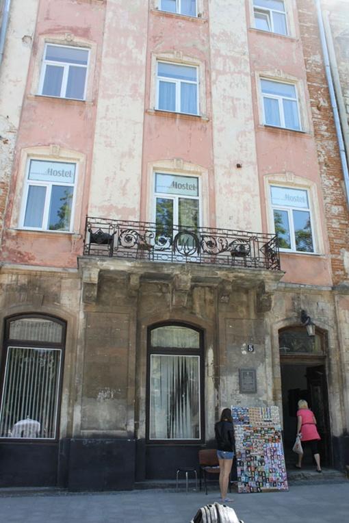 Все окна в этом доме на площади Рынок - пластиковые. Фото: автор.
