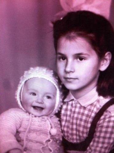 Маша держит на руках улыбающуюся Лизу. Фото Соцсети.