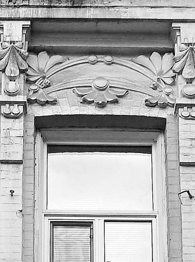 Детали с изображением каштана на здании по ул. Ветрова, 17. Фото: автор.
