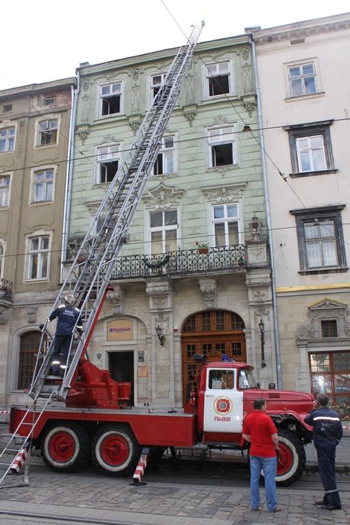 Красная пожарная машина и длинная лестница – происходящее на площади Рынок напоминало сьемку кино.