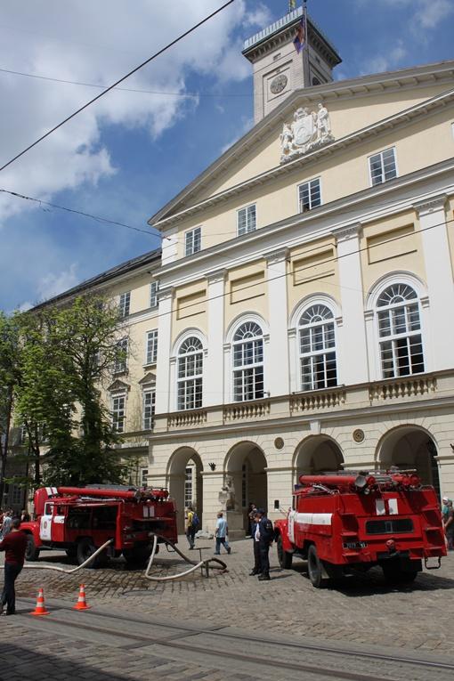 Возле центрального входа в мэрию – временная стоянка для пожарных машин