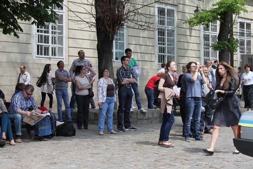 Толпы зевак фотографировали происходящее на телефоны