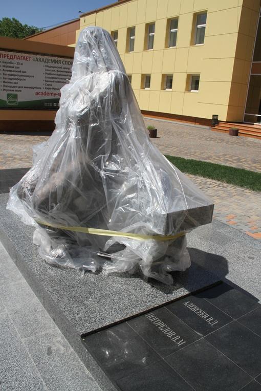 Сейчас памятник замотан в полиэтилен, снимут который в субботу
