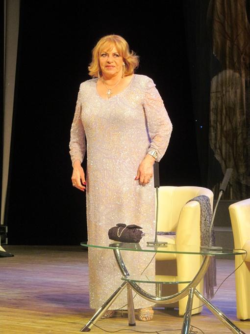 Несмотря на почтенный возраст актриса вышла на сцену в в босоножках на шпильке. Фото: Надежда ШОСТАК