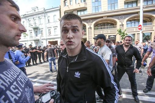 Крайнего справа человека в черной рубашке и брюках в пользователи интернета считают Василием Бойко из Белой Церкви. Фото: Фейсбук Влада Соделя
