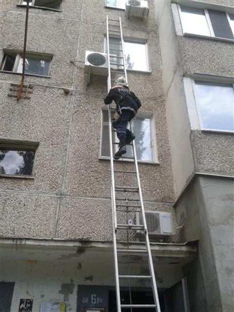 Спасатели с помощью автолестницы добрались до четвертого этажа и сняли малышку. Фото: Пресс-служба ГСЧС в Николаевской области