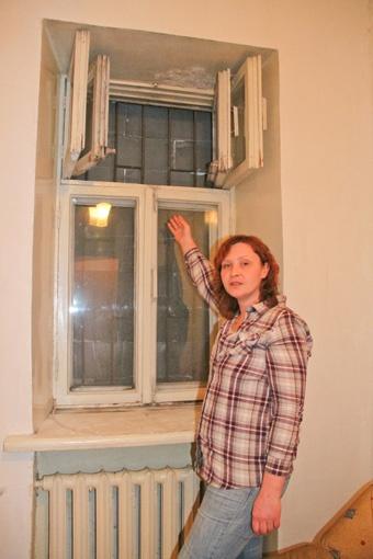 На третьем этаже дома окно заслоняют бетонные блоки. Фото: Геннадий Маковецкий.