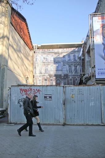 Стройку закрыли плакатом с изображением дома. Фото: Геннадий Маковецкий.