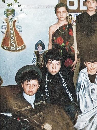 Влад с одноклассниками (в центре). Фото Олега УКЛАДОВА (