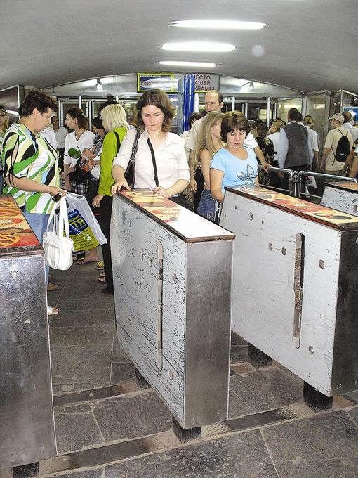 Аппетиты наземных и подземных перевозчиков не радуют горожан. Фото: архив