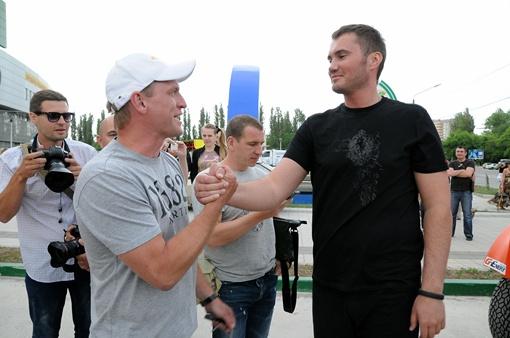 Виктор Викторович желает удачи одному их участников гонки. Фото: Виталий ПАРУБОВ